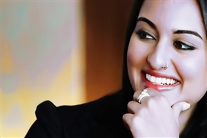 Cute Smile of Sonakshi Sinha Famous Bollywood Actress Wallpaper