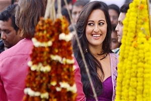 Cute Smiling of Sonakshi Sinha in Bollywood Bullett Raja Movie Wallpaper