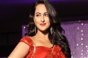 Sonakshi Sinha in Red Saree Wallpaper